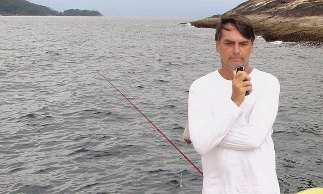 Jair Bolsonaro durante pesca na Ilha da Samambaia, Rio de Janeiro. Ele reclamou que pescadores são prejudicados por proibição de trabalhar em área de proteção ecológica. Foto: Reprodução