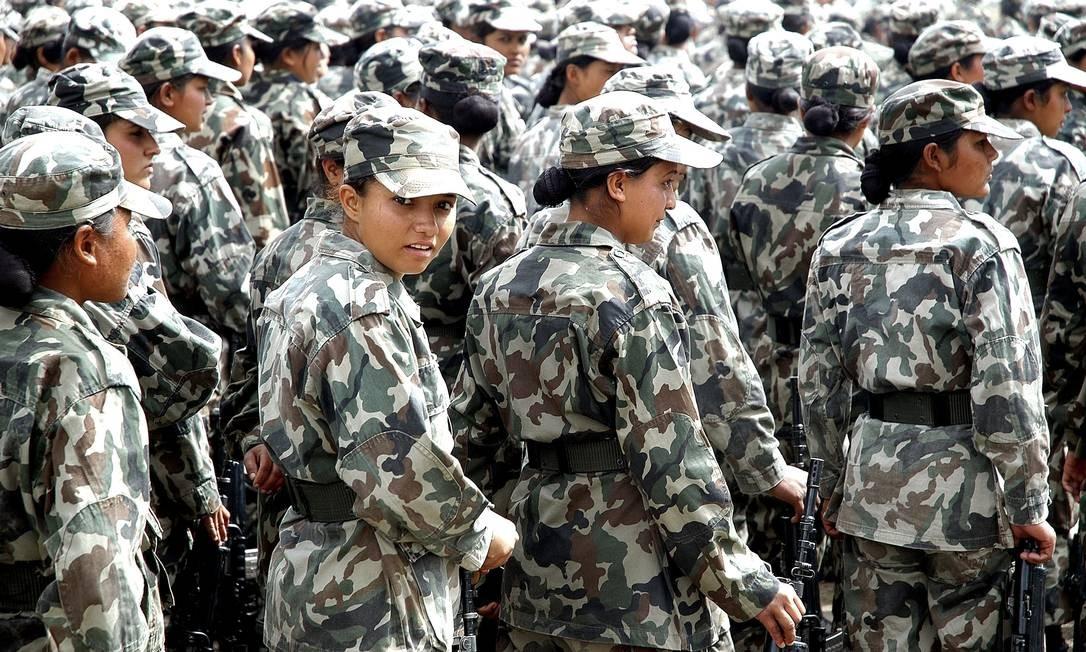 Batalhão de combate se alinha em Kathmandu, no Nepal Foto: Jonathan Alpeyrie