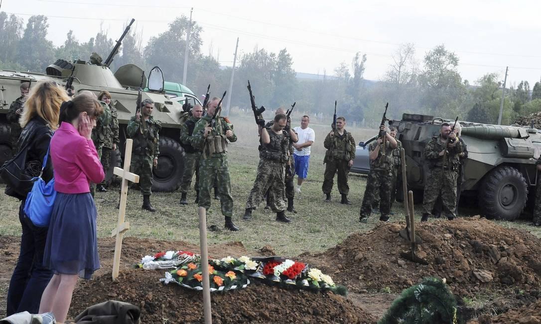 O enterro de quatro soldados separatistas na Ucrânia Foto: Jonathan Alpeyrie