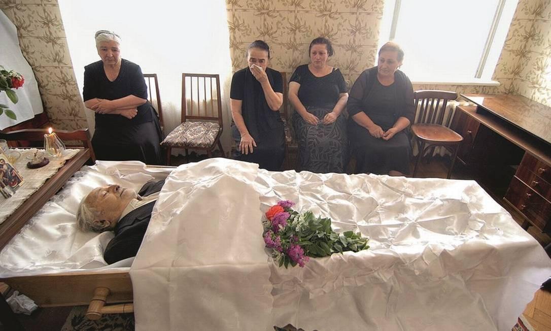 Familiares prestam homenagem a homem morto após bombardeio em 2008 na Geórgia Foto: Jonathan Alpeyrie