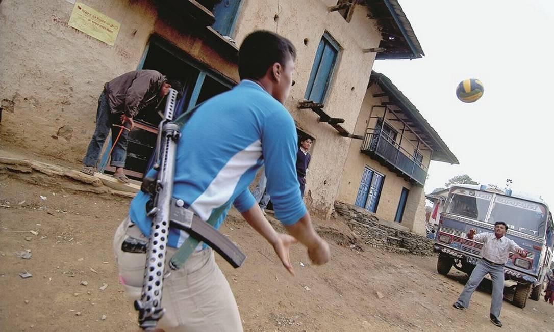 No Nepal, soldado joga vôlei na principal rua de Rolpa Foto: Jonathan Alpeyrie