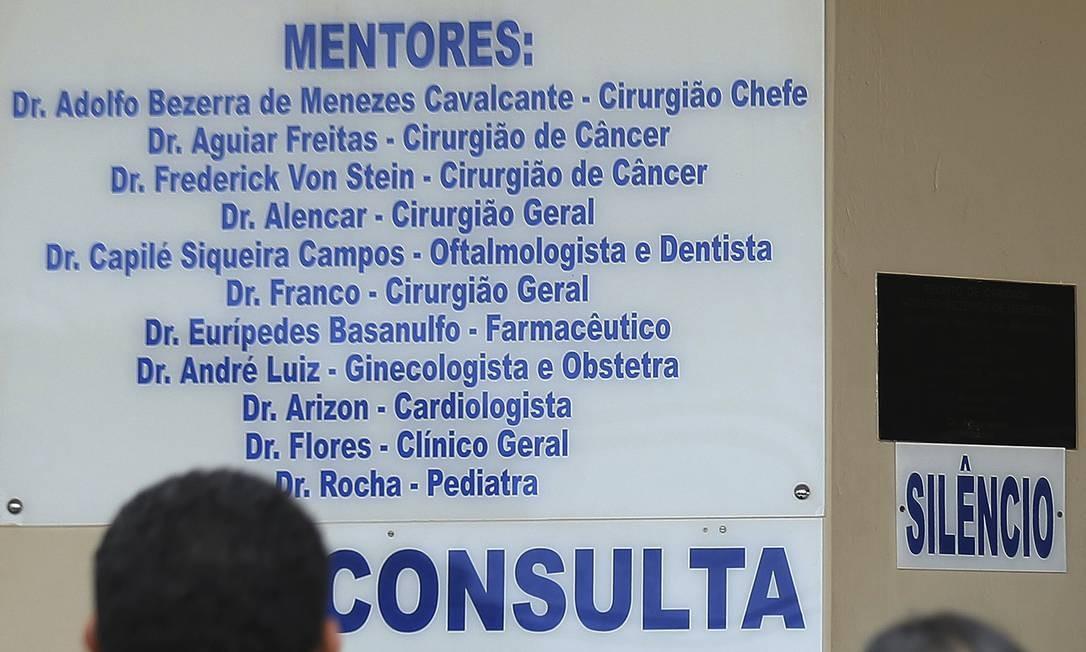 A casa de Mestre Valentim exibe a seus frequentadores a lista de médicos, todos eles espíritos, e suas especialidades. Foto: Jorge William / Agência O Globo
