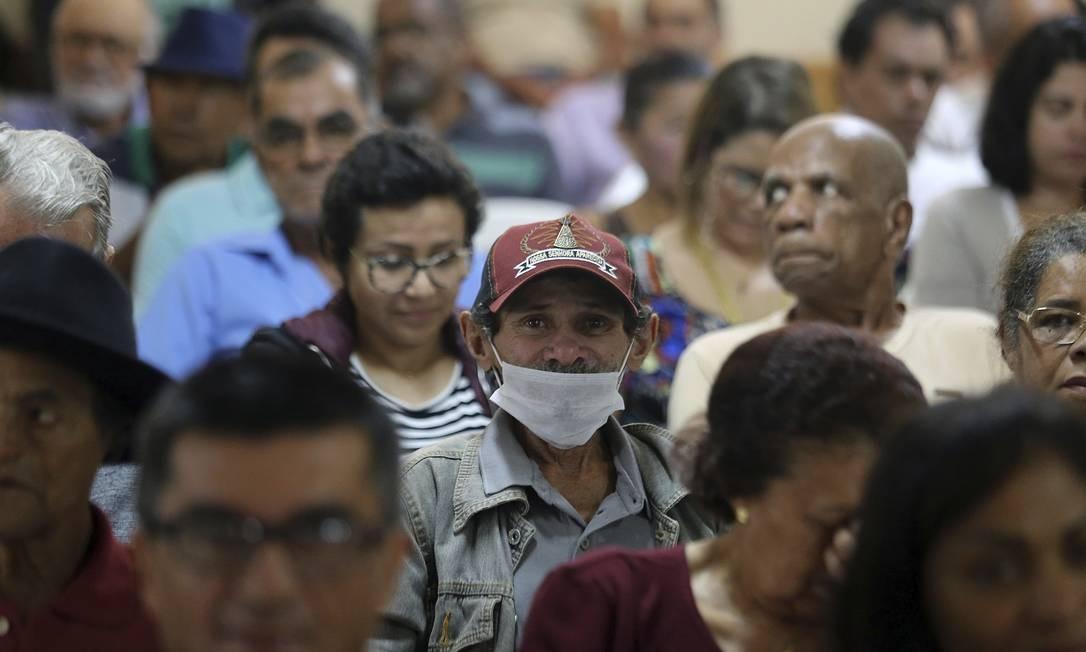 Antes de serem atendidos por mestre Valentim, os frequentadores do centro recebem dicas nutricionais e de saúde. Foto: Jorge William / Agência O Globo