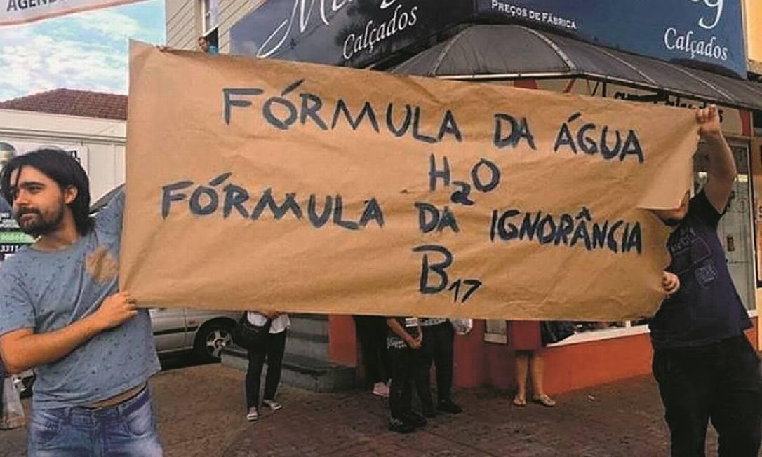 Em Goiás, estudantes exibiram faixa improvisada caçoando de Bolsonaro. Foto: Reprodução