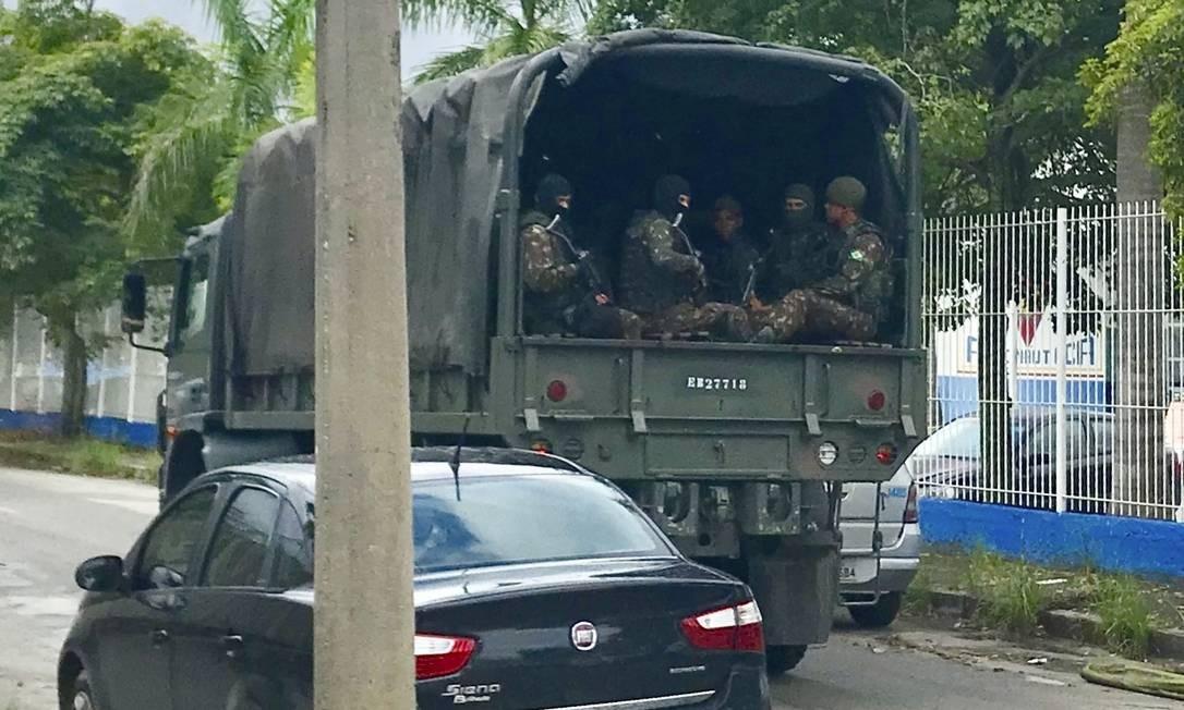 Tropa do Exército patrulha área de condomínio residencial militar. Foto: Rafael Soares / Agência O Globo