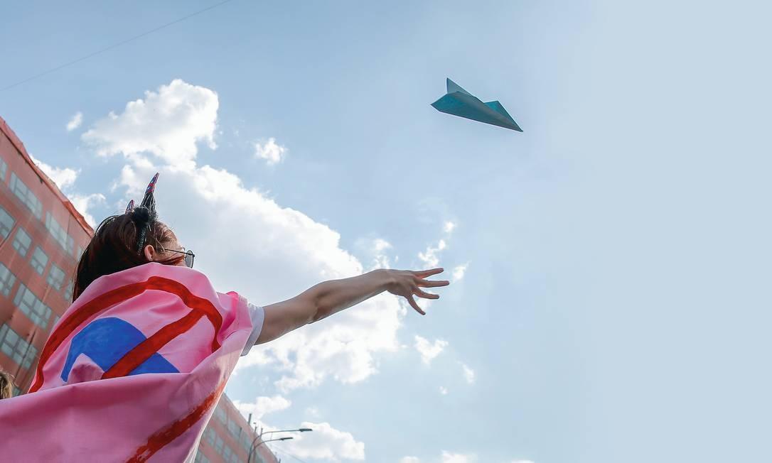 O avião de papel, símbolo do Telegram, virou presença constante em protestos em Moscou contra Vladimir Putin. Foto: Maxim Zmeyev / AFP / Getty Images