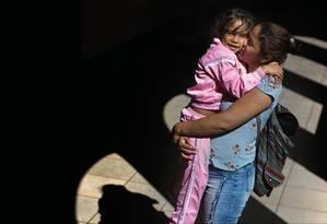 Daniela Serra, de 24 anos, contou com a ajuda financeira de pessoas que se sensibilizaram com sua história para conseguir voltar à Venezuela e pegar sua filha, Yuliannis, de 7 anos. Foto: Edilson Dantas / Agência O Globo