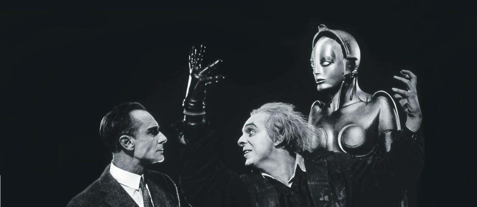 """Personagens do filme """"Metrópolis"""" (1927), do alemão Fritz Lang, ao lado do robô em forma feminina Maschinenmensch (máquina-humana), que se volta contra seu criador, um tema recorrente na ficção científica. Foto: Collection Christophel / © 1927 Universum film"""