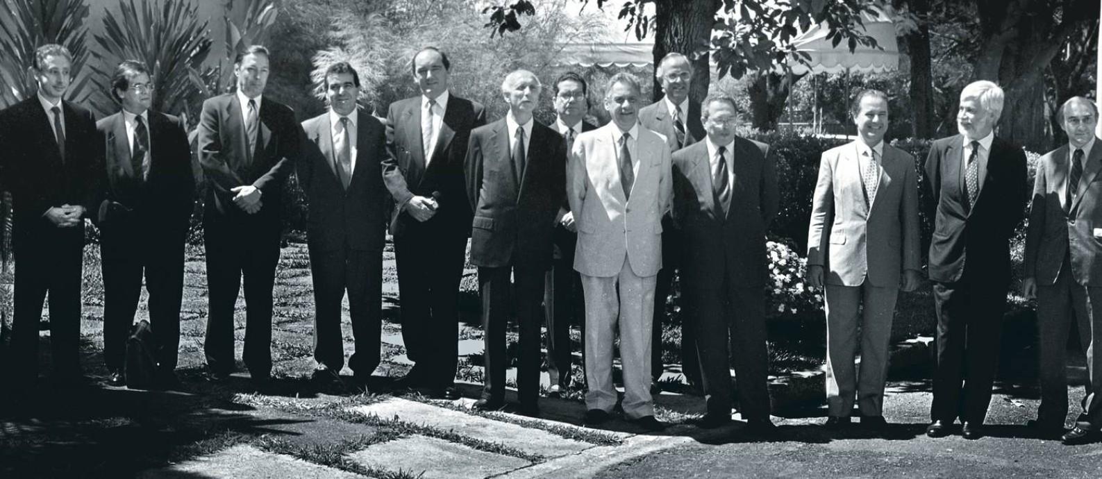 Ao centro, Rubens Ricupero e Fernando Henrique Cardoso, com a equipe econômica que anunciou a criação da URV em abril de 1994. Foto: Roberto Stuckert Filho / Agência O Globo