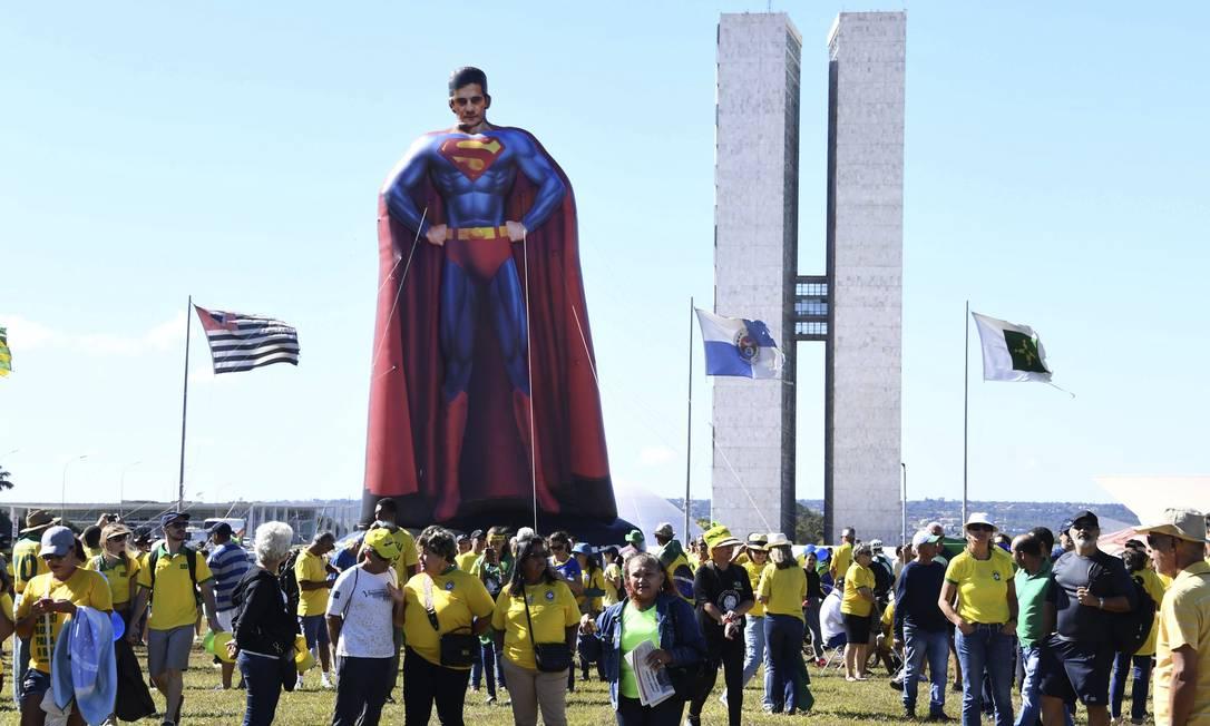 """Em Brasília, apoiadores inflam boneco em que Sergio Moro aparece como Super-Homem. """"Toda socidade busca super-heróis"""". Foto: Evaristo Sá / AFP"""