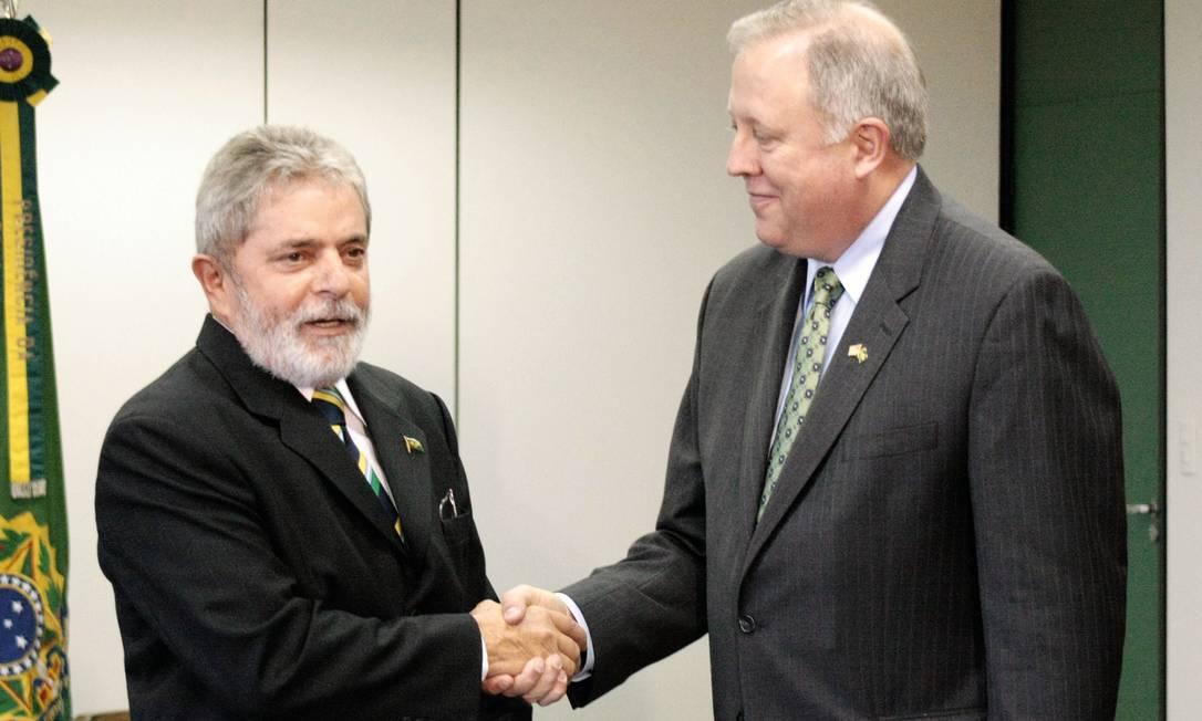Thomas Shannon, um grande conhecedor do Brasil, apresenta ao presidente Lula credenciais como embaixador americano. Foto: Ico Oliveira / Editora Globo