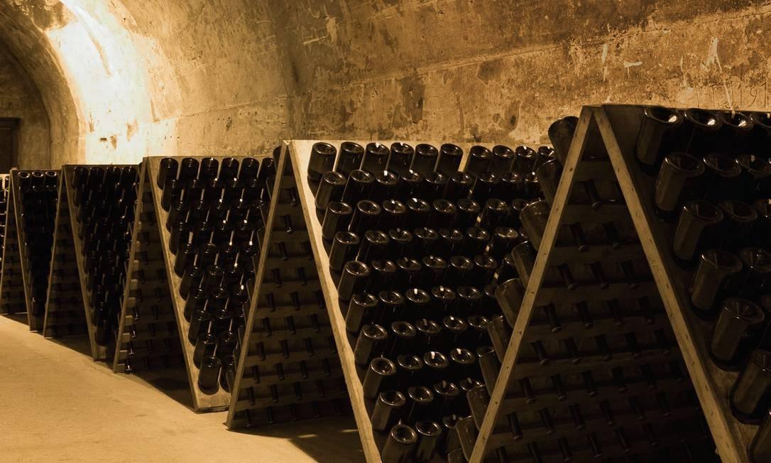 Garrafas de champanhe em cave da Taittinger em Reims, na região de Champagne-Ardenne, na França. Foto: Tim Graham / Getty Images