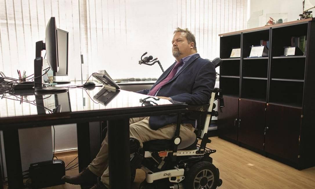 O procurador da República Cláudio Drewes tornou-se em 2003 o primeiro tetraplégico a ingressar no Ministério Público Federal. Foto: Daniel Marenco / Agência O Globo