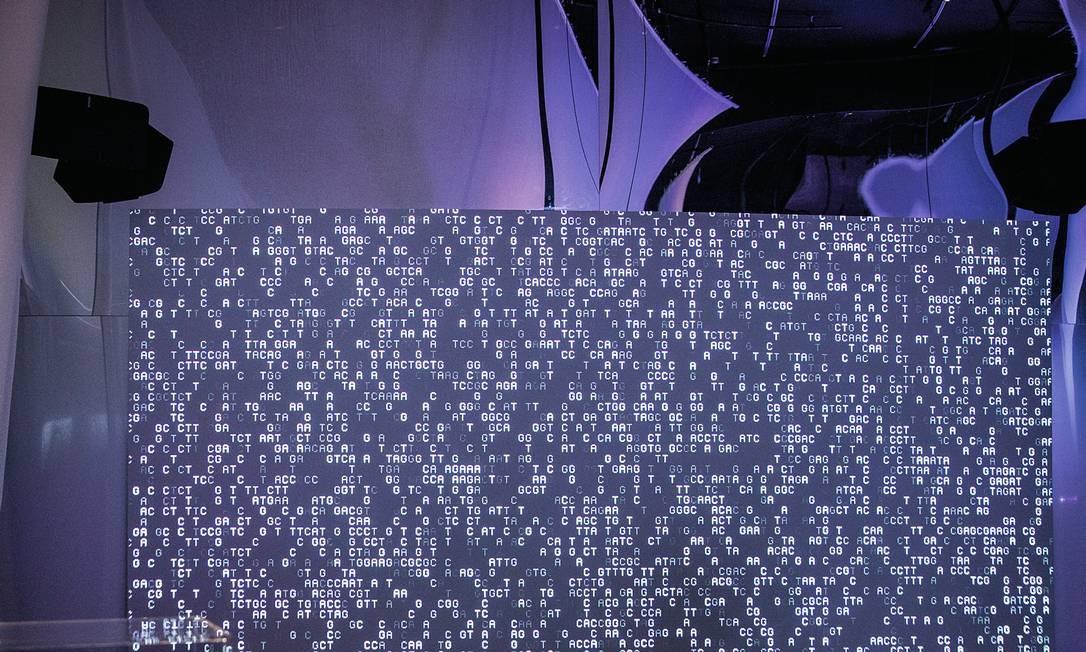 """""""Mezzanine"""", obra de Robert del Naja em colaboração com Mick Grierson e Andrew Melchior, é exibida como parte da exposição """"AI: mais do que humano"""" no Barbican, centro de arte em Londres. Foto: Divulgação / Barbican Centre"""