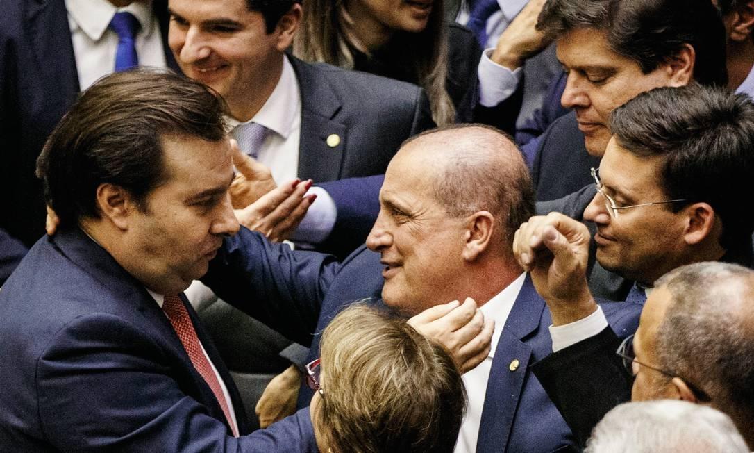 O deputado Rodrigo Maia (DEM-RJ), presidente da Câmara (à esquerda, de gravata vermelha), foi o grande protagonista da aprovação em primeiro turno da reforma da Previdência. Foto: Daniel Marenco / Agência O Globo
