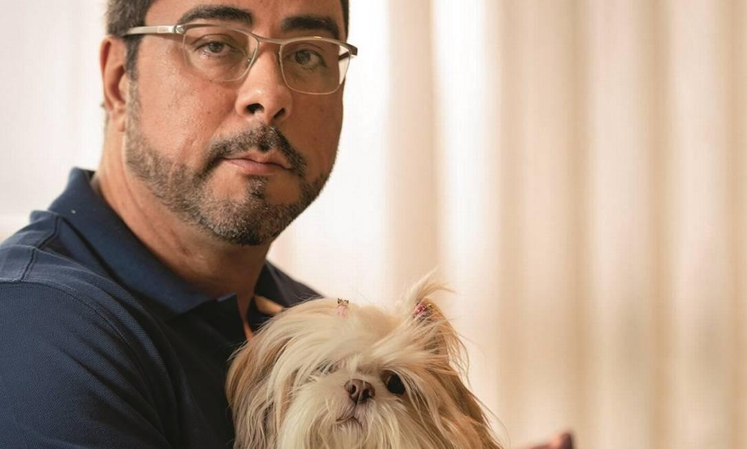 Bretas e sua cadela Marie, da raça shih-tzu, durante entrevista em seu apartamento de 429 metros quadrados na Zona Sul do Rio de Janeiro. Foto: Ana Branco / Agência O Globo