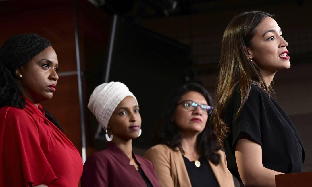Da esquerda para a direita, Ayanna Pressley, Ilhan Omar, Rashida Tlaib e Alexandria Ocasio-Cortez durante entrevista na segunda-feira 15, quando acusaram Trump de atacá-las para tentar distrair a população dos verdadeiros problemas do país. Foto: Erin Scott / Reuters