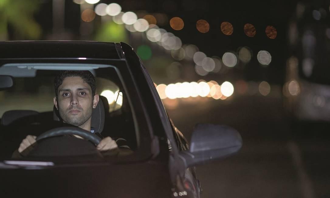 Rafael Assumpção, de 36 anos, é engenheiro. Sem trabalho, ele acabou de completar 1.000 corridas de Uber. Foto: Edilson Dantas / Agência O Globo