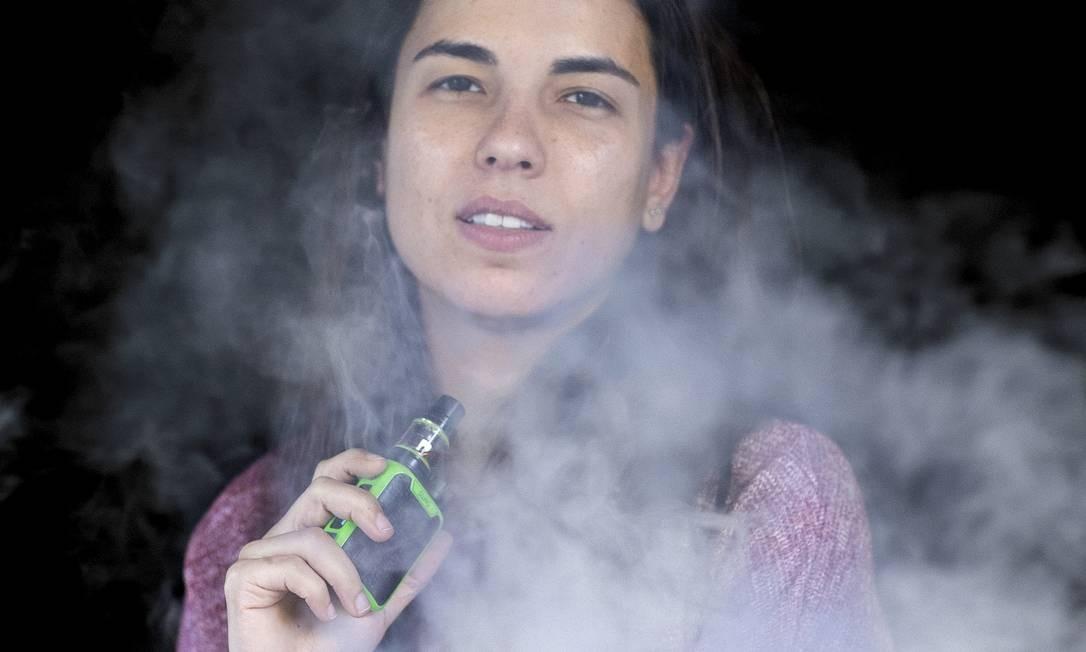 A radialista carioca Luisa Campos começou a usar o cigarro eletrônico por uma questão de praticidade e saúde. Foto: Leo Aversa / Agência O Globo