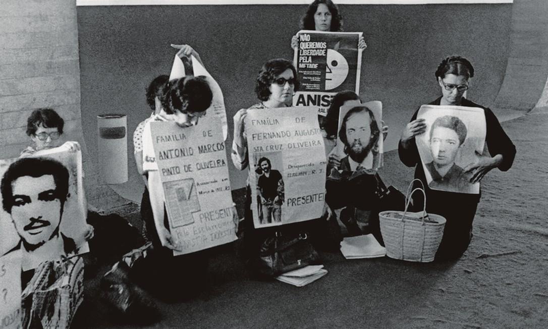 Familiares de desaparecidos políticos protestam no corredor do Congresso. Ao centro, Márcia com o cartaz do irmão Fernando Santa Cruz. Foto: Orlando Brito
