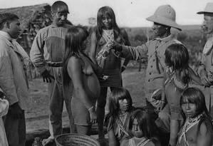 Em sua defesa dos povos indígenas, Rondon idealizou o Serviço de Proteção aos Índios, que começou suas atividades em 1910 e foi dirigido por ele até 1930. Na foto, o futuro marechal distribui presentes para os índios parecis, em Mato Grosso. Foto: Luiz Thomas Reis / Museu do Índio