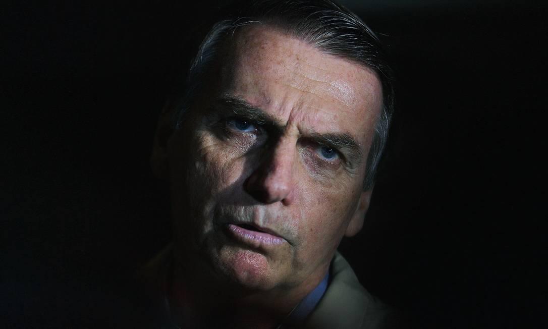 Depois de defenestrar petistas, o presidente Bolsonaro aparelha seu governo com militares, olavetes, evangélicos e monarquistas. Foto: Carl de Souza / AFP