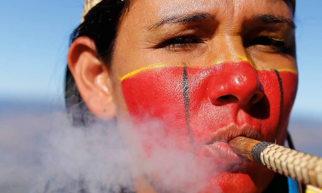 Shirley Djukurnã cresceu à beira do Watu, a expressão crenaque usada para nomear o Rio Doce, em Minas Gerais. Foto: Marijke Kodden / Roots of the earth