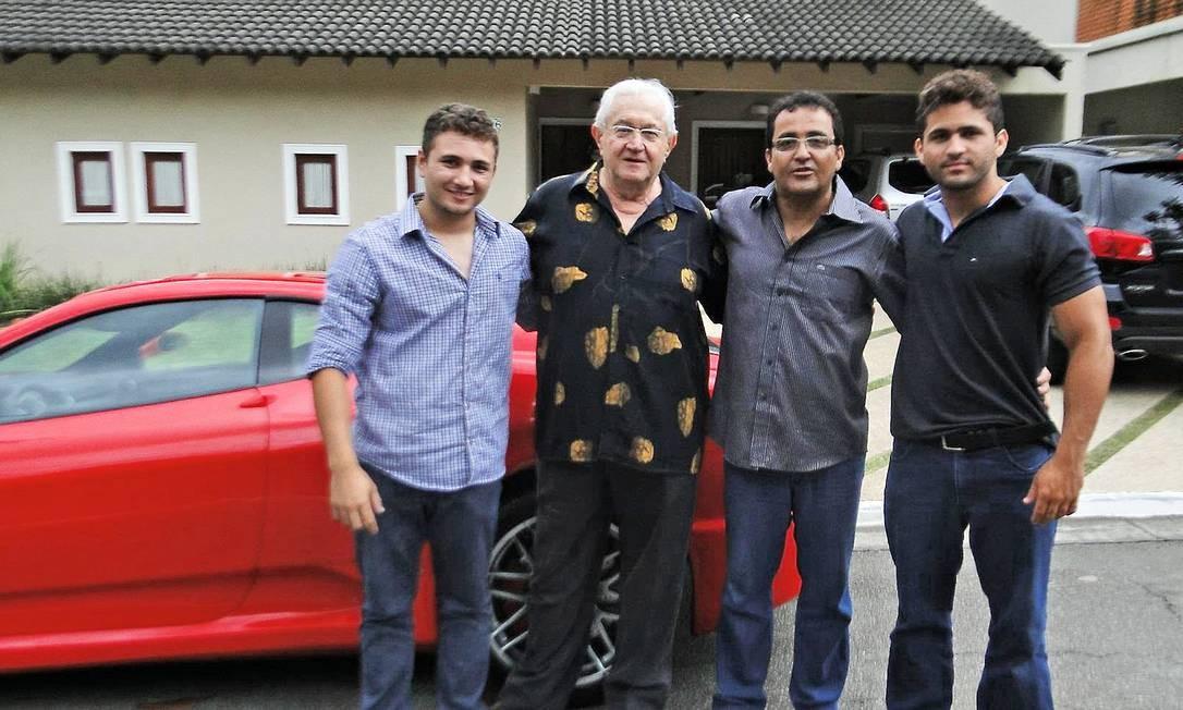 """O jornalista Boris Casoy (de camisa estampada) com o suspeito de falsificação Nilton Góes (de óculos), de quem comprou uma """"Ferrari"""". Segundo o apresentador da Rede TV!, o veículo é um """"lixo"""". Foto: Reprodução"""
