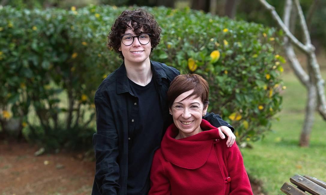 Nicolas e sua mãe, Cilene Pereira. Com 18 anos, cursando biomedicina na USP, o filho começou a fazer os primeiros exames clínicos para iniciar a transição hormonal. Foto: Edilson Dantas / Agência O Globo