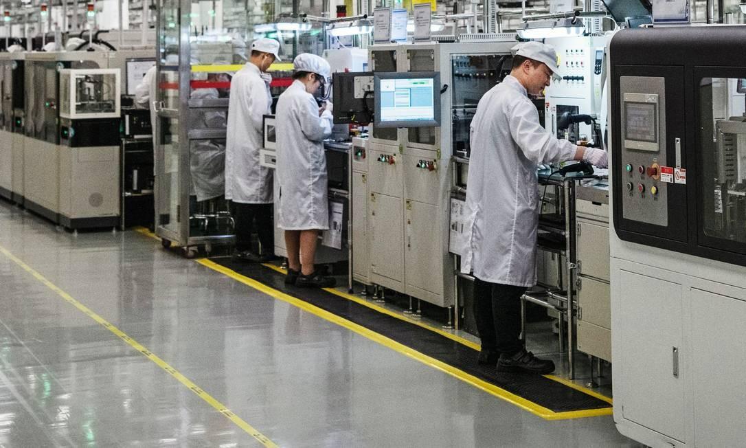 Segunda maior fabricante de smartphones do mundo, a Huawei monta seus aparelhos na cidade de Dongguan. O trabalho é feito basicamente por máquinas e robôs, com a participação de poucos funcionários. Foto: Kevin Frayer / Getty Images