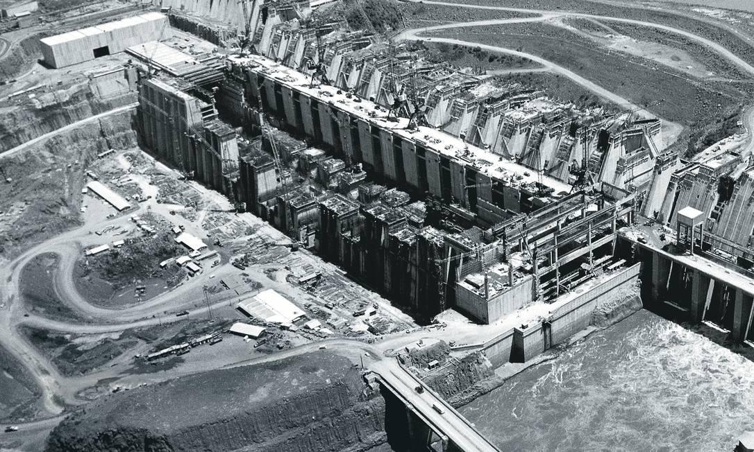 Projeto brasileiro desde os anos 50, a Itaipu começou a ser construída em 1973, após um acordo em que Médici cedeu a sociedade a Stroessner. O Brasil entrou com o dinheiro, o Paraguai com as águas. Foto: Bettmann Archive / Getty Images