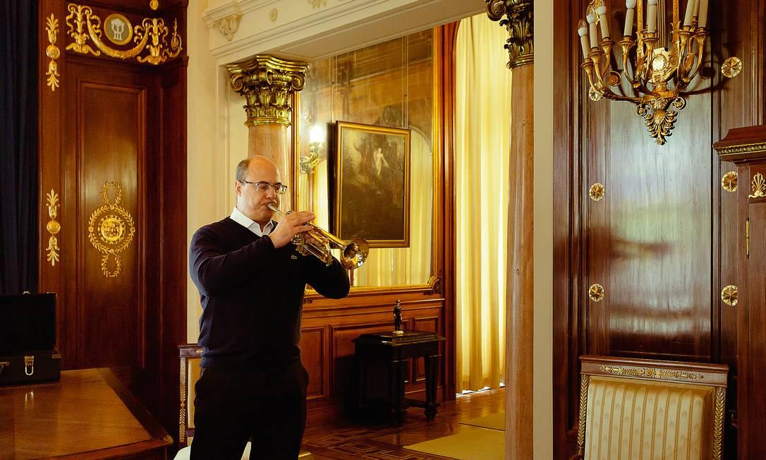 """Witzel gosta de tocar trompete no Palácio Laranjeiras. Entre suas músicas preferidas, a lacrimosa """"My way"""", eternizada por Frank Sinatra. Foto: Leo Martins / Agência O Globo"""