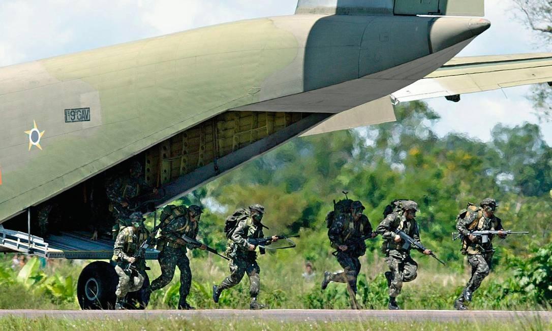 Assim como no século passado, os militares brasileiros continuam a desconfiar das ONGs que atuam na Amazônia. Para eles, as exigências ambientalistas dos países desenvolvidos são subterfúgios para minar a competitividade dos produtos brasileiros. Foto: Evaristo Sá / AFP