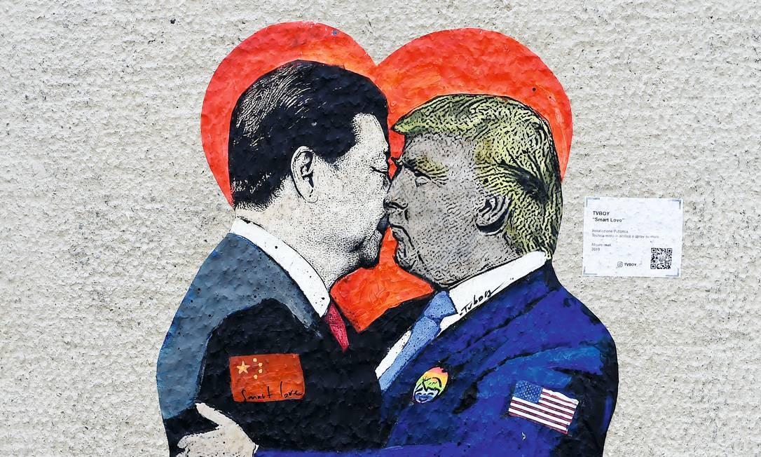 """""""Smart love"""" é um mural do artista de rua Tvboy, pintado em Milão, como provocação ao presidente chinês, Xi Jinping, e ao americano, Donald Trump. Foto: Miguel Medina / AFP / Getty Images"""