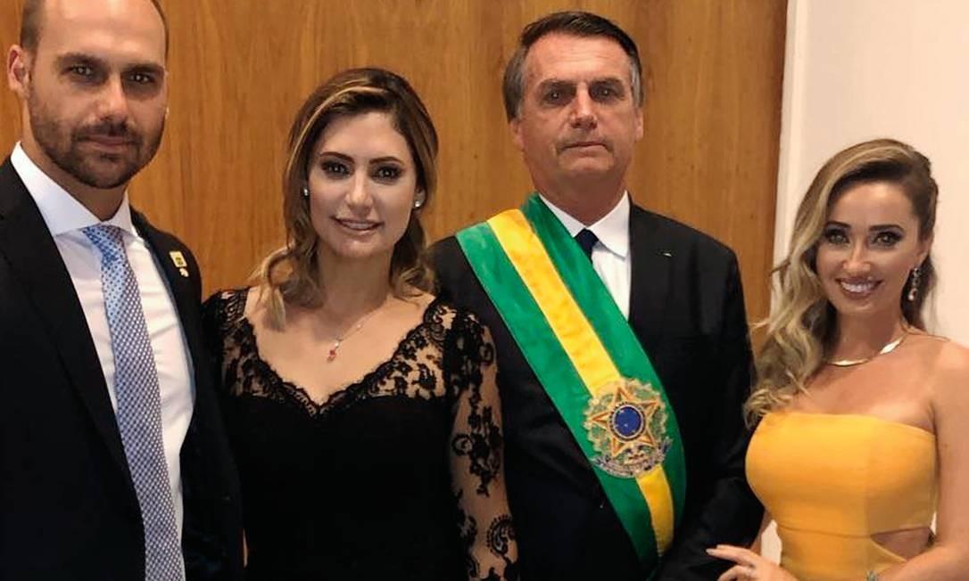 Heloísa e Eduardo estão juntos desde 2015, ano em que ele assumiu o primeiro mandato na Câmara dos Deputados. Na foto, os dois posam ao lado de Jair Bolsonaro e Michelle, no dia da posse presidencial. Foto: Arquivo pessoal