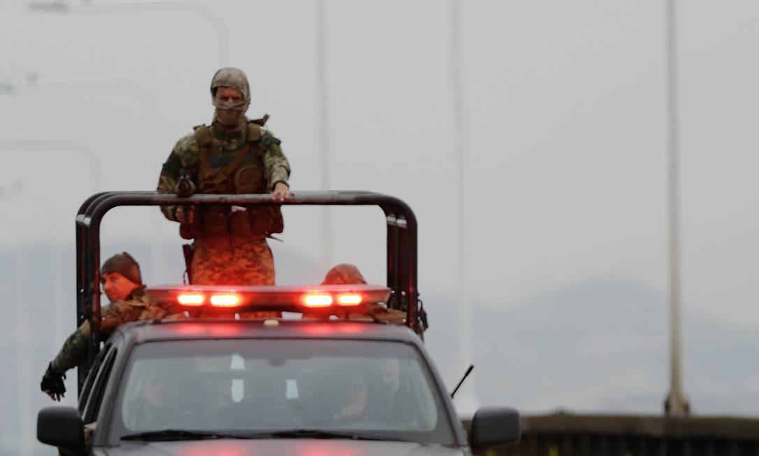 Atirador de elite chega à Ponte Rio-Niterói, interditada por sequestro em 20 de agosto. Foto: Gabriel de Paiva / Agência O Globo