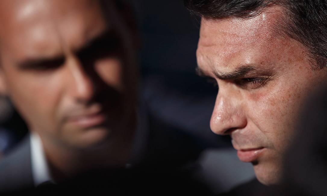 Eduardo e Flávio, filhos do presidente Jair Bolsonaro Foto: Daniel Marenco / Agência O Globo