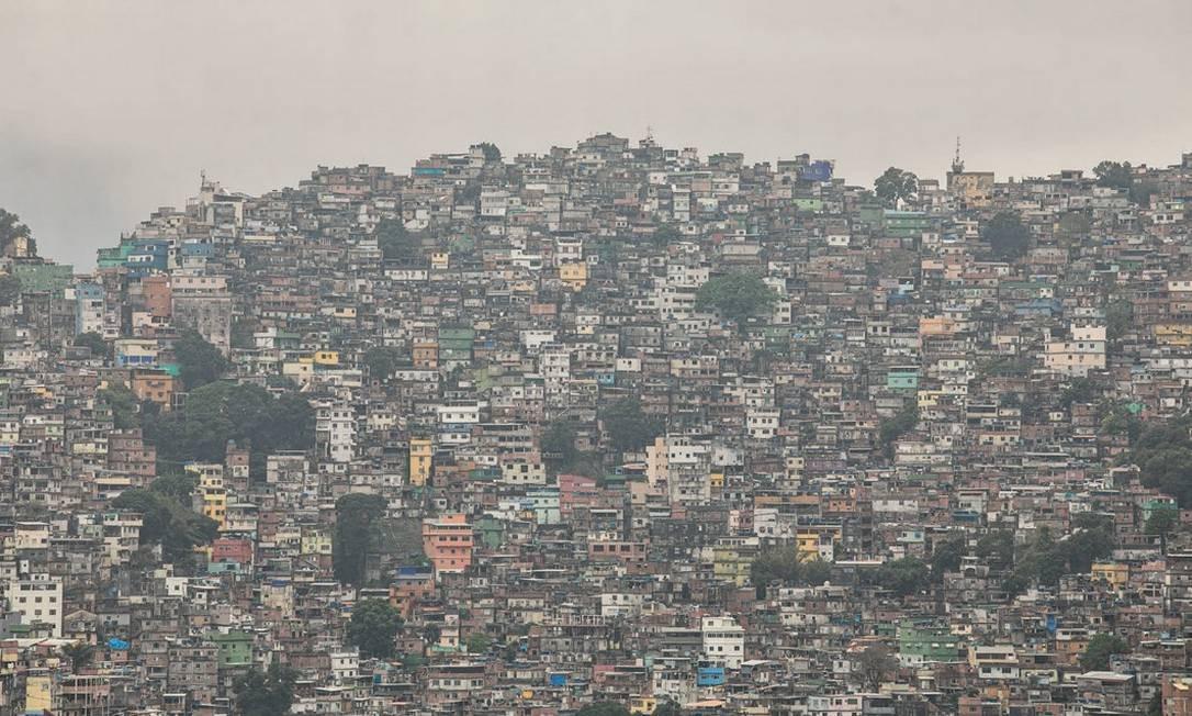 Pelos dados do economista francês Thomas Piketty, quem pagou a conta pela queda da desigualdade social no Brasil nas últimas duas décadas, que beneficiou moradores de favelas como a Rocinha, foi a classe média. Foto: Brenno Carvalho / Agência O Globo