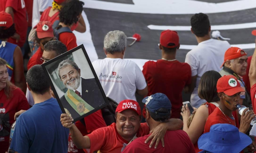 A cúpula do PT mostra preocupação sobre como explicar aos apoiadores de Lula que ele não aceita sair da prisão. Foto: Daniel Marenco / Agência O Globo