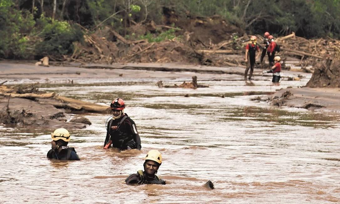 Operação da equipe de Leonard Farah durante o desastre provocado pela barragem da Samarco. Foto: Rodrigo Porto