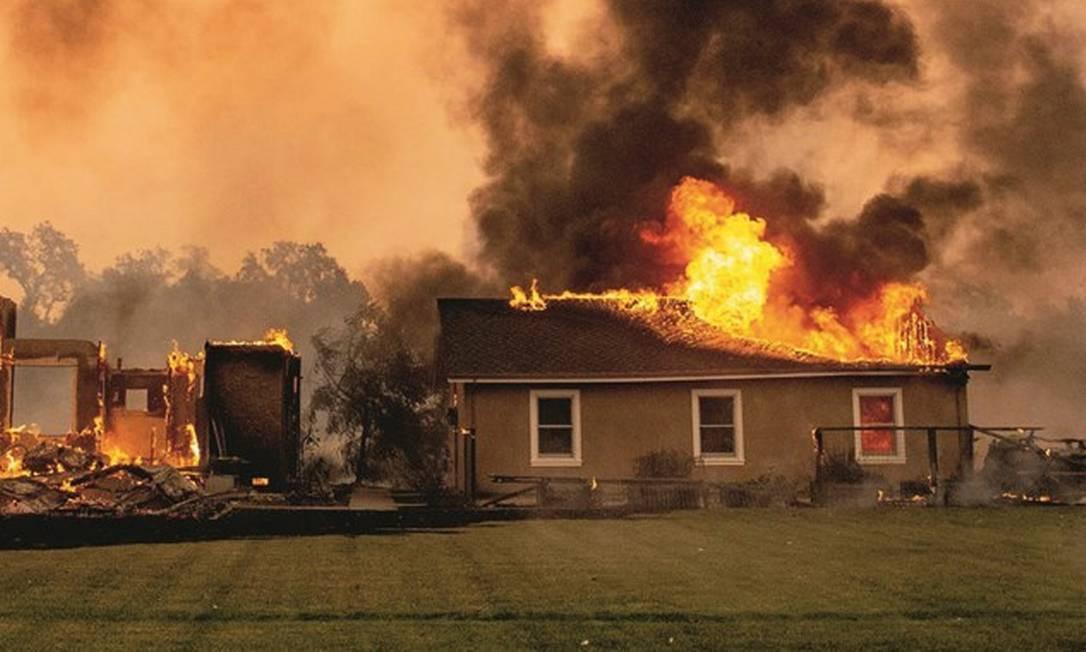 A queimada chamada de Kincade deixou um rastro de destruição na Califórnia, próximo à casa onde a brasileira Tiessa Simões mora com a família. Foto: Josh Edelson / AFP