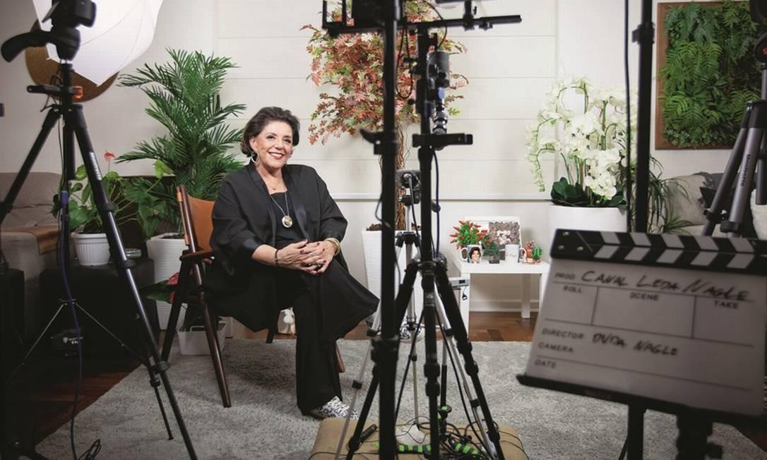 """A jornalista em seu apartamento na região dos Jardins, em São Paulo, onde grava as entrevistas. """"Duas cadeiras velhas, três câmeras, um operador e flores artificiais ao fundo,e consigo pautar a grande imprensa"""", disse. Foto: Patricia Stavis / Agência O Globo"""