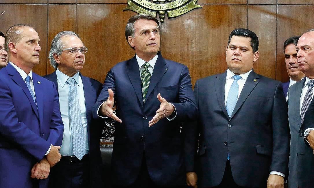 Em visita ao Senado, o presidente Jair Bolsonaro (ao centro) e o ministro da Economia, Paulo Guedes (à esquerda de Bolsonaro), entregaram seu plano de reforma do Estado. Foto: Sergio Lima / AFP