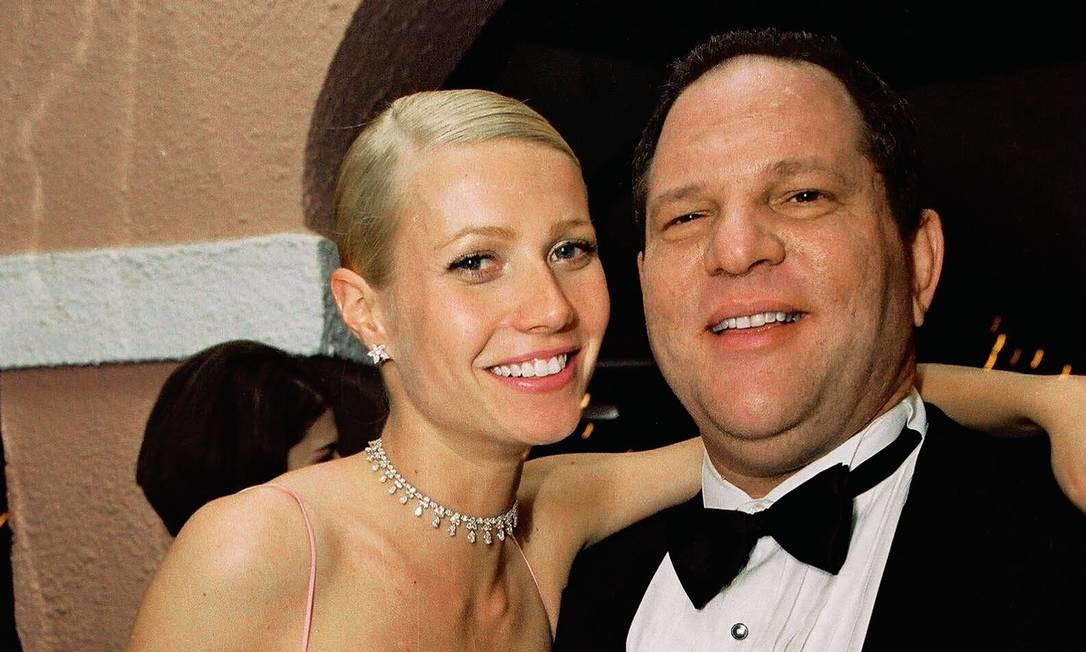 """Gwyneth Paltrow e Harvey Weinstein, em 1999, na entrega da estatueta do Oscar. Então """"queridinha"""" do produtor, naquele ano ela ganhou o prêmio de Melhor Atriz por """"Shakespeare apaixonado"""". Foto: Bei / Shutterstock"""
