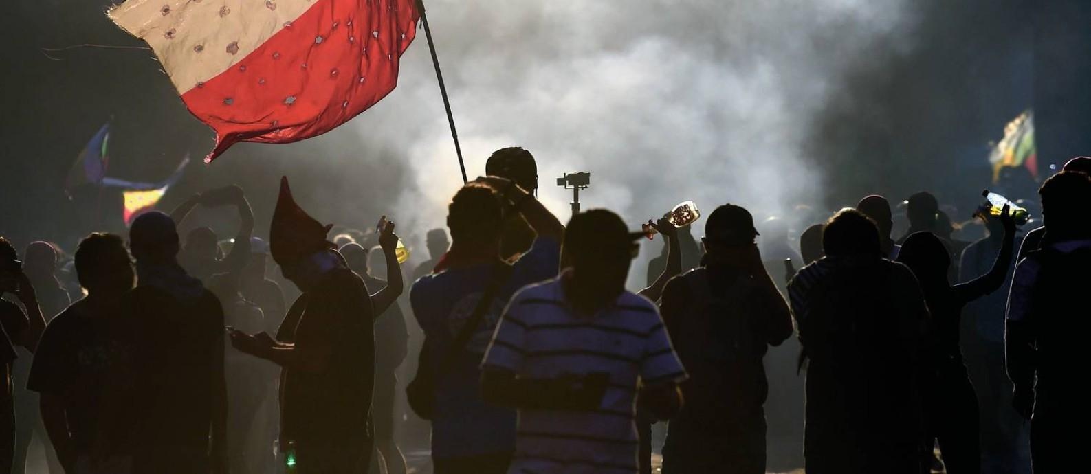 Os chilenos olham para a frente e temem aposentadorias pequenas, planos de saúde caros e o risco de voltar à pobreza. Para muitos, a saída foi tomar as ruas. Foto: Johan Ordonez / AFP
