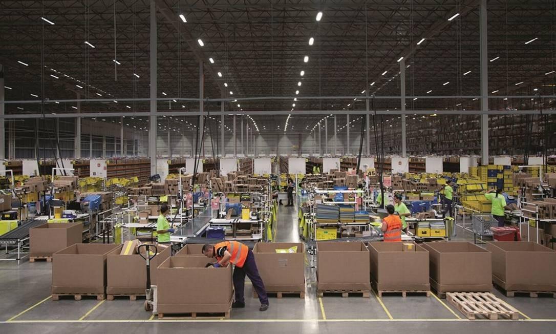 No centro de distribuição do Mercado Livre, em Cajamar, a menos de 30 quilômetros de São Paulo, os coletes amarelos e laranja são de funcionários responsáveis por receber, empilhar, embalar e despachar. Foto: Jefferson Coppola / Agência O Globo