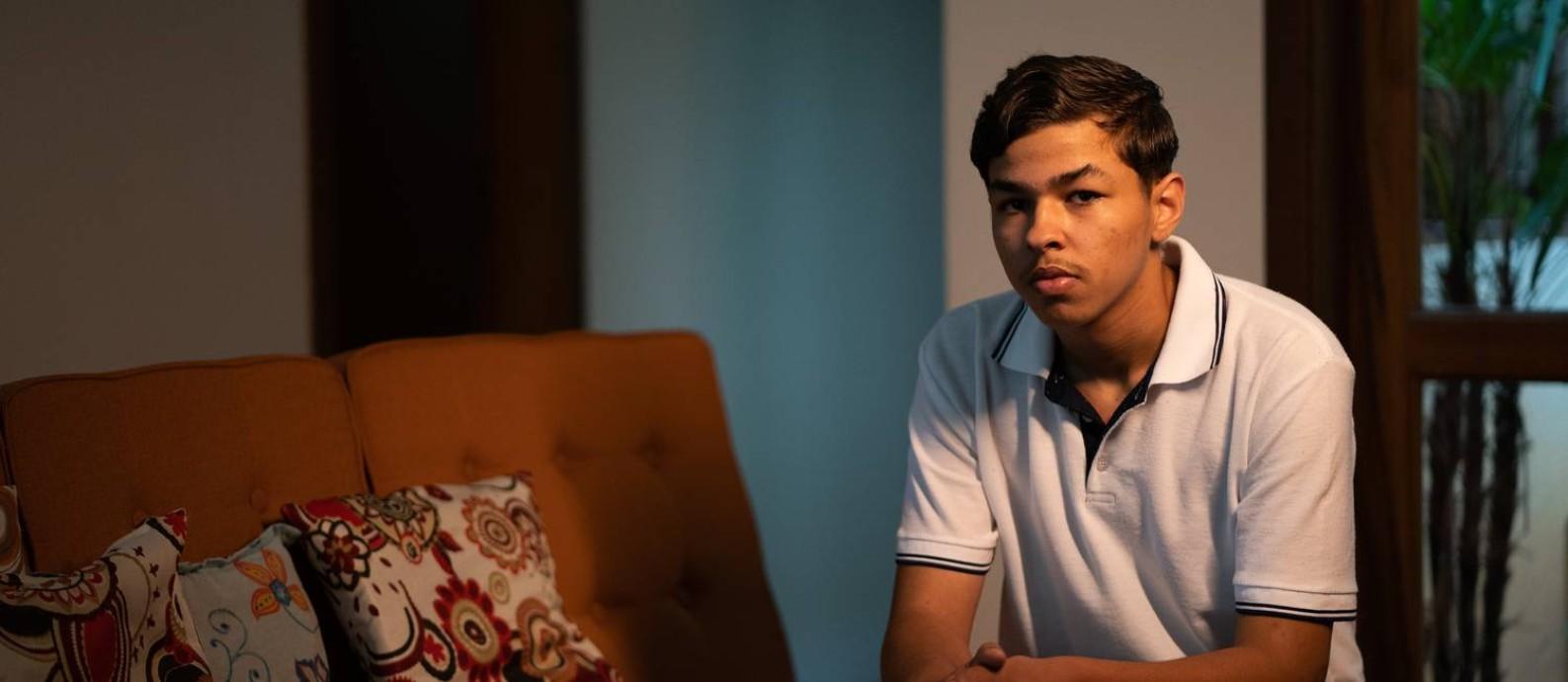 Anderson Maia Barbosa, primo de Marcos Paulo Oliveira, 16 anos, uma das nove vítimas da ação policial. Foto: Marcus Leoni / Agência O Globo