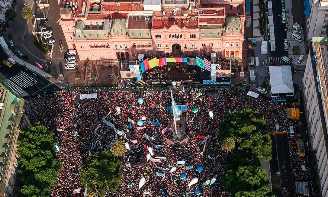 Depois de um hiato de quatro anos, os peronistas voltam ao poder com comemoração em frente à Casa Rosada, sede do governo argentino. Foto: Ronaldo Schemidt / AFP