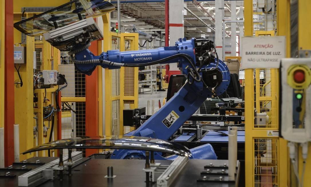 Um robô em linha de montagem de uma fábrica da Nissan, em Resende, no Rio de Janeiro. No Japão, a Toyota anunciou em 2014 a substituição de algumas máquinas por humanos. Foto: Yasuyoshi Chiba / AFP