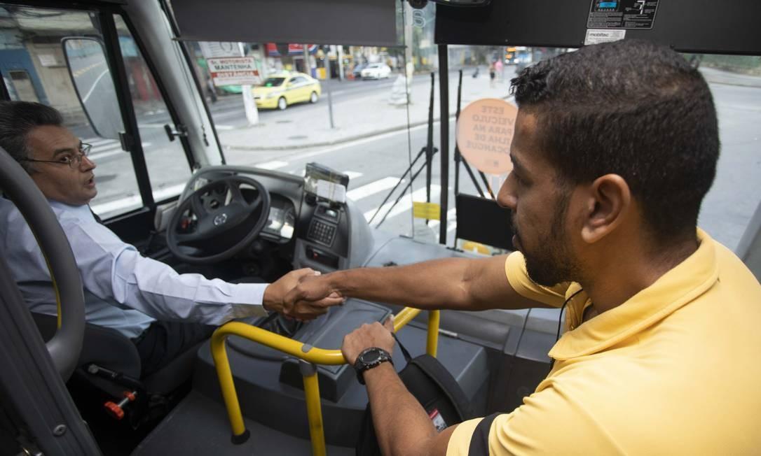 """O motorista Lucinei da Silva Louro retomou o trajeto de São Gonçalo até o centro do Rio poucos dias depois do sequestro: """"Você é o cara"""", costuma ouvir dos passageiros. Foto: Fernando Souza / Agência O Globo"""